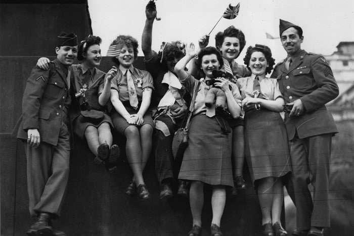 חיילים אמריקאים ונשים בריטיות