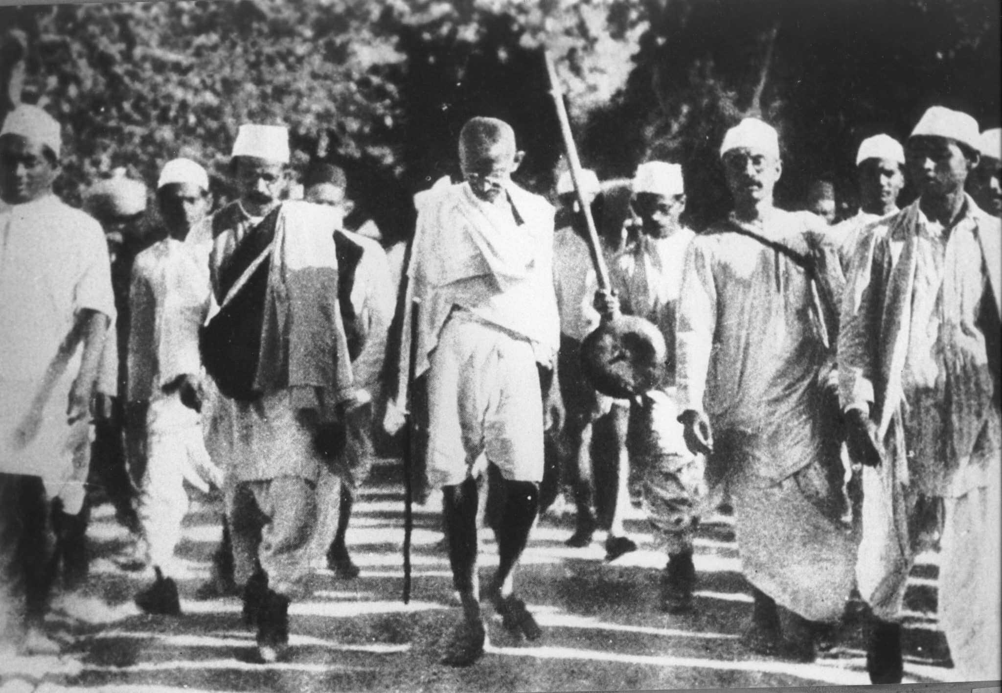 גנדי צועד לים במחאה על מס המלח הבריטי. 1930